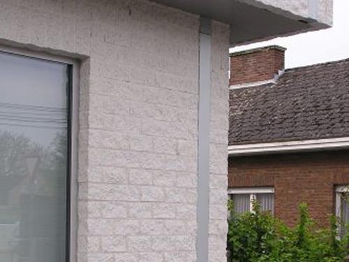 Vierkante aluminium hemelwaterafvoer in de gevel